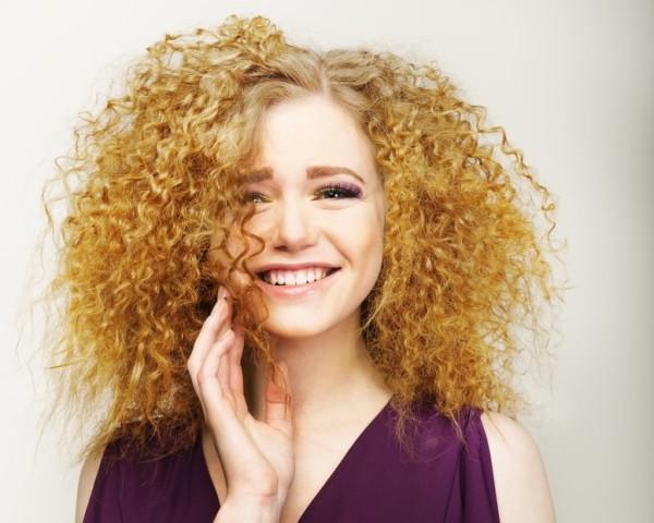 Будьте аккуратны с мелкими кудрями, они требуют достаточной длины волос и не подходят девушкам с круглым лицом