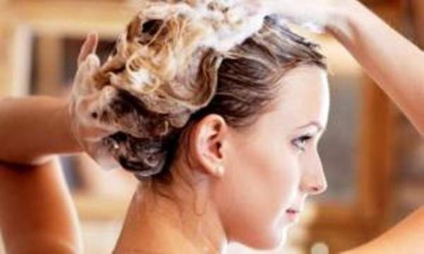 Частое мытье головы обладательницам непослушных волос не рекомендовано
