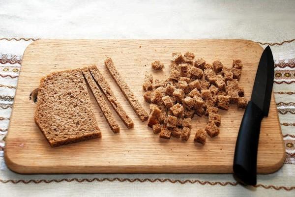 Чем мельче вы нарежете хлеб, тем легче будет сделать однородную смесь