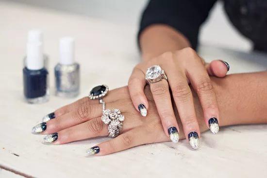 Чрезмерного количества аксессуаров на пальцах и ярких оттенков на ногтях в этом сезоне лучше избегать — не модно!