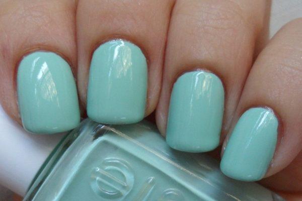 Чтобы бирюзовый цвет на ногтях получился более насыщенным, наносите покрытие в два слоя
