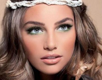 Чтобы брови смотрелись естественно, нужно ответственно подойти к выбору цвета краски