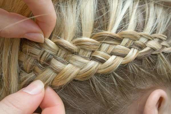 Чтобы добавить косичке объем, можете слегка вытянуть прядки из плетения