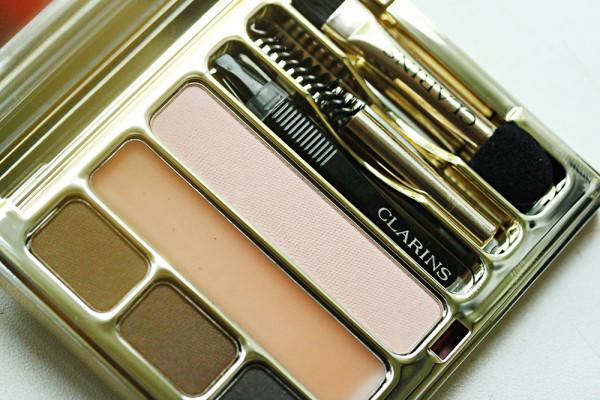 Clarins Kit Sourcils Palette Pro содержит консилер для бровей, три оттенка теней, фиксирующий воск и небольшой набор инструментов