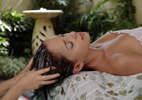 Данное масло является отличным успокоительным средством, поэтому с его помощью очень полезен массаж головы.