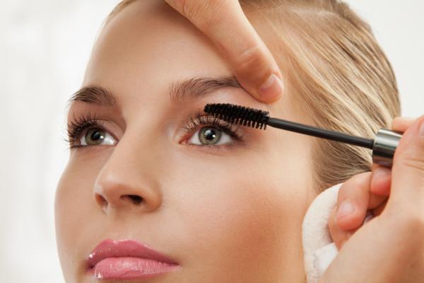Даже некачественная тушь может стать причиной осыпания волосков