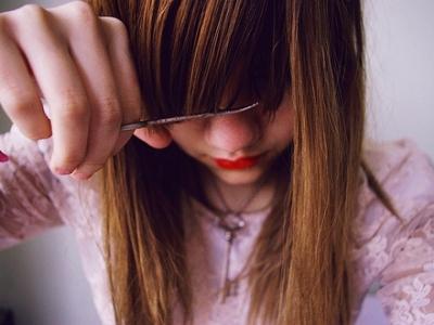 Даже после стрижки челки не выбрасывайте волосы. Лучше спустить их в унитаз