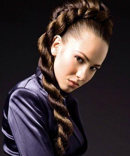 Даже в режиме ограниченного времени можно успеть сделать укладку своими руками в виде кос-спиралей