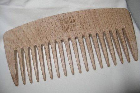 Деревянный гребень - оптимальный вариант для расчесывания кудрявых локонов.