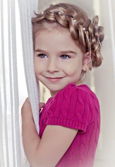 Детские прически с применением плетения радуют девочек своим разнообразием.