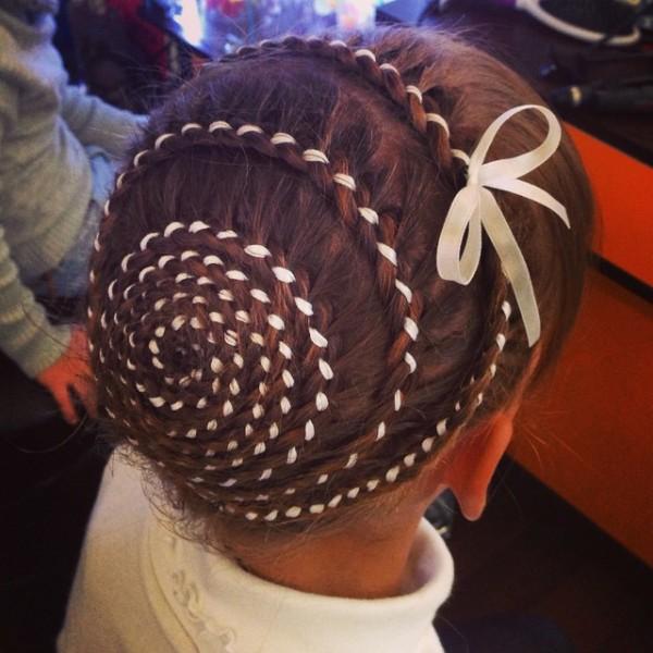 Детский вариант косы-улитки с вплетенной ленточкой очень популярен среди подростков.