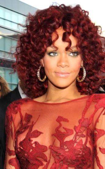Девушкам с очень смуглой кожей лучше к лицу красно-рыжий оттенок волос.