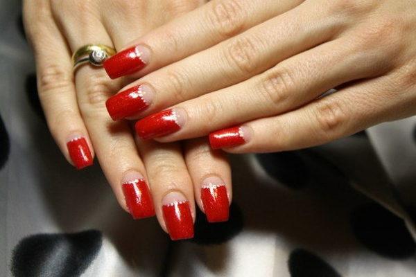 Дизайн ногтей в виде полумесяца отлично сочетается со стразами, блестками и элементами из фольги