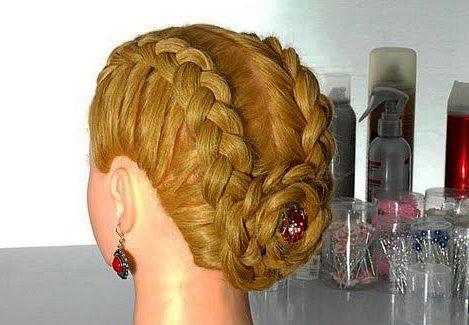 Длинные косы, убранные в пучок, позволят сделать более собранный и комфортный образ