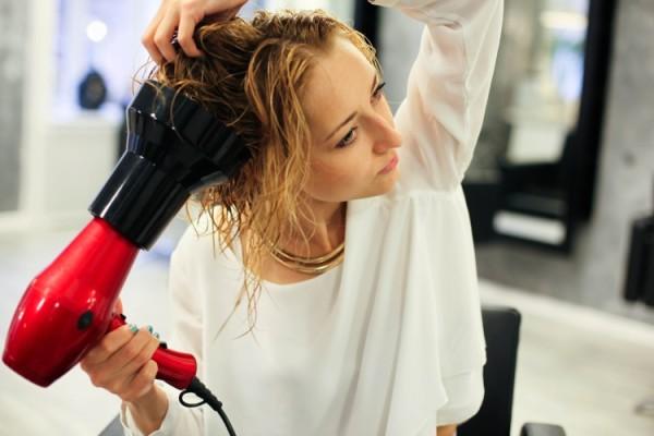 Для ежедневной укладки рекомендуется использовать стайлинговые легкие кремы и фен с диффузором