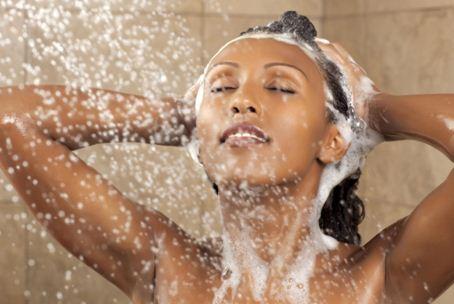 Для мытья кудрявых прядей следует использовать средства, разработанные именно для завитых волос.