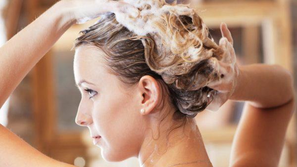 Для мытья волнистой шевелюры необходимо использовать шампуни с мягкими ПАВами без силиконов и масел