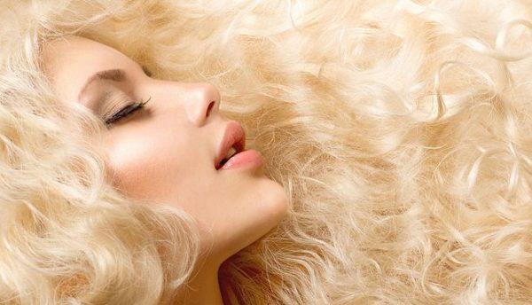 Для поддержания упругости локонов используйте расчески с мягкой щетиной или однорядные гребни для волос