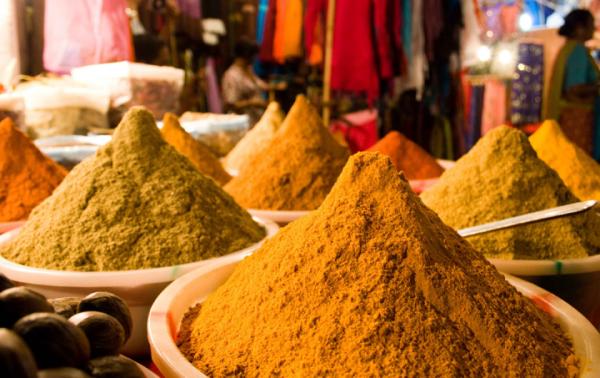 Для получения различных оттенков иранскую хну соединяют с ароматными пряностями, отварами трав и натуральными соками