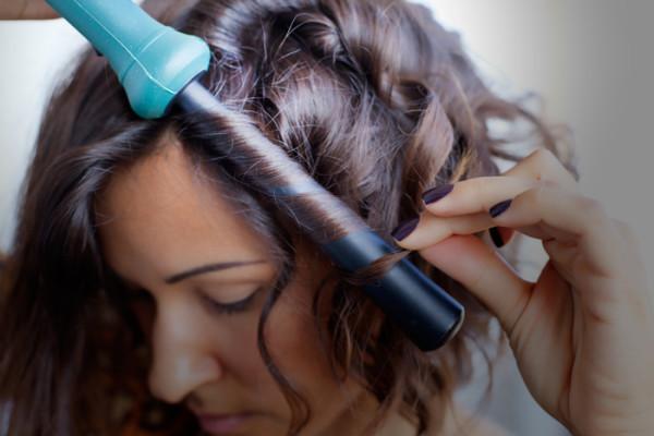 Для создания кудрей-штопор на короткие волосы рекомендуют использовать обратную конусную плойку