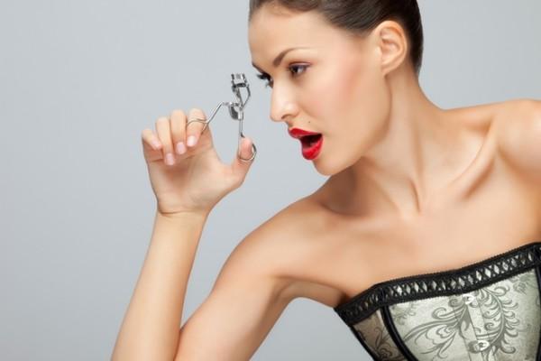 Доступность и простота использования подкручивающего приспособления делает его по-настоящему незаменимым инструментом, упрощающим процесс создания макияжа глаз