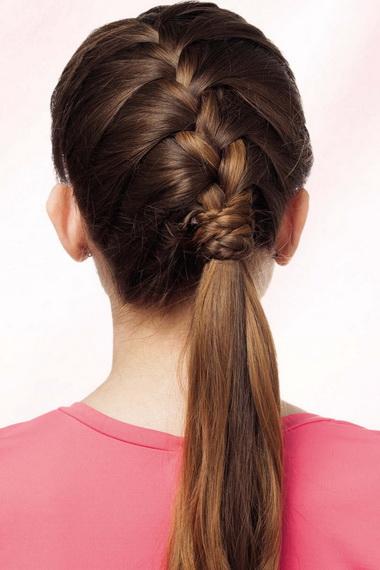 Дойдя до линии окончания роста волос, можно закрепить получившуюся французскую косу, оставив свободный хвост.