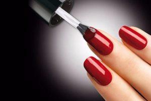 Два слоя лака продержатся на ногтях дольше, чем один или три