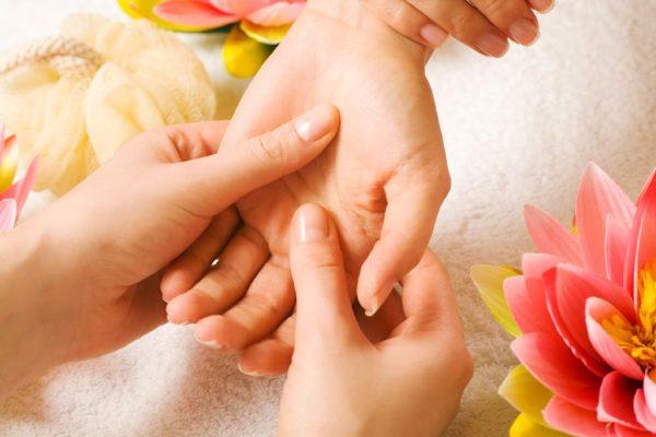 Движения во время массажа рук должны быть аккуратными, в меру надавливающими