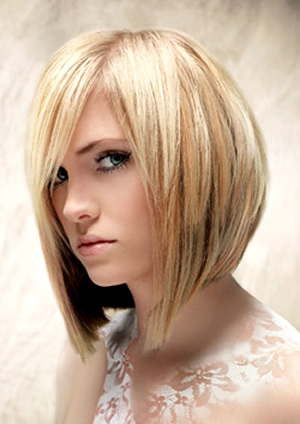Двойное каре благодаря объему, создаваемому верхним слоем, пойдет девушкам с тонкими и редкими волосами
