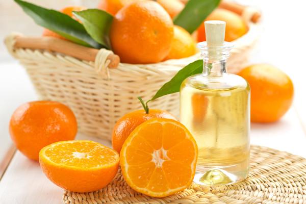 Эфирное масло мандарина для волос при регулярном использовании избавляет от сухой перхоти