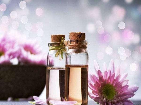 Эфирное масло розового дерева для волос отлично увлажняет и позволяет провести SPA процедуры, не выходя из дома