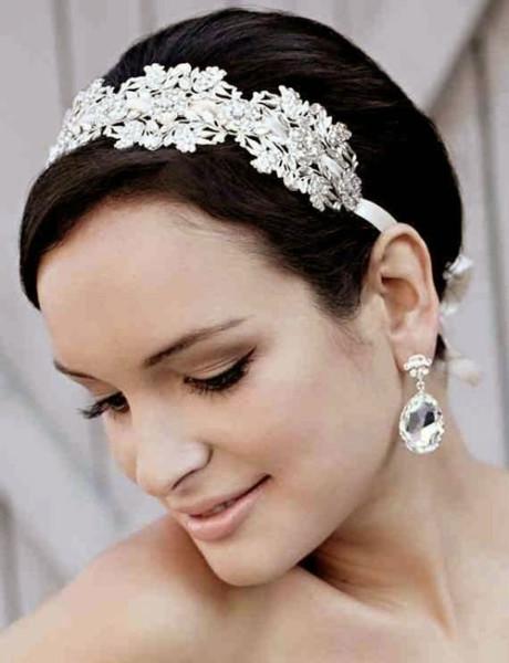 Элегантное украшение или обруч с пряжкой украсят любой образ