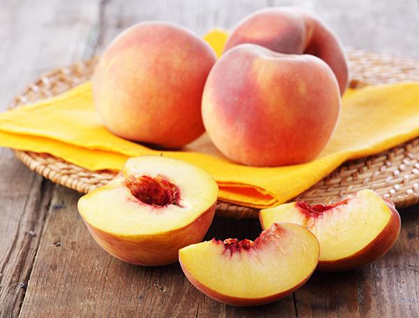 Ели раздобыть масло персика вам не удалось, приготовьте домашние маски для волос от секущихся кончиков с мякотью плода
