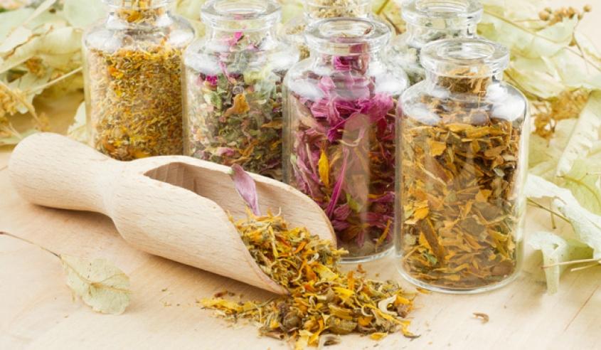 Если у вас шелушится кожа под бровями, обратитесь к народным рецептам, особенно эффективны те, которые содержат отвары целебных трав