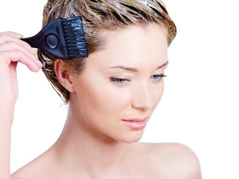Если уж вы решили окрасить волосы перед процедурой, то делать это следует заблаговременно