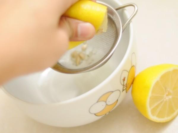 Если в воду добавить сок лимона, то получится прекрасный ополаскиватель со свойствами удаления пигмента с волос.
