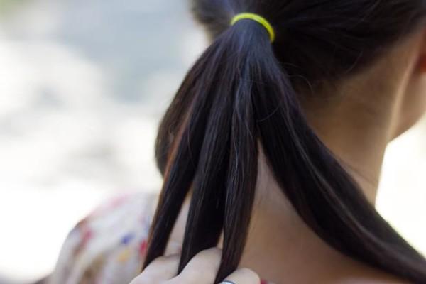 Если вы не уверены в своих силах, для начала можно попрактиковаться плести косу из хвоста