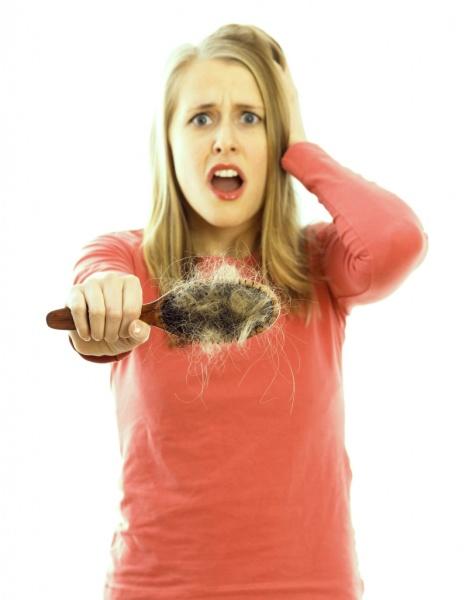 Если вы заметили, что на вашей расческе остается много волосков после причесывания, то немедленно бейте тревогу и срочно ищите причину этого явления.