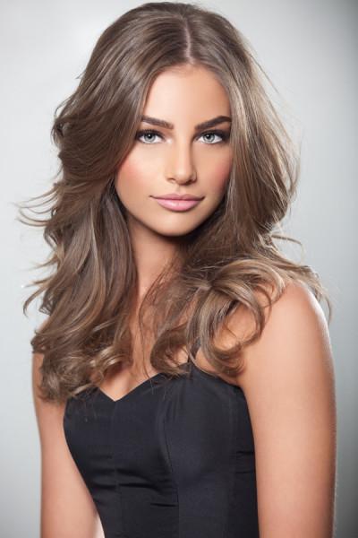 Естественный и богатый светлый оттенок гармоничен на девушках славянской внешности со светлыми глазами.