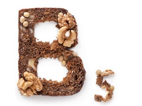 Этот витамин необходим и для питания волос изнутри, поэтому включайте в свой рацион бобовые, орехи, печень, молоко, зеленые овощи