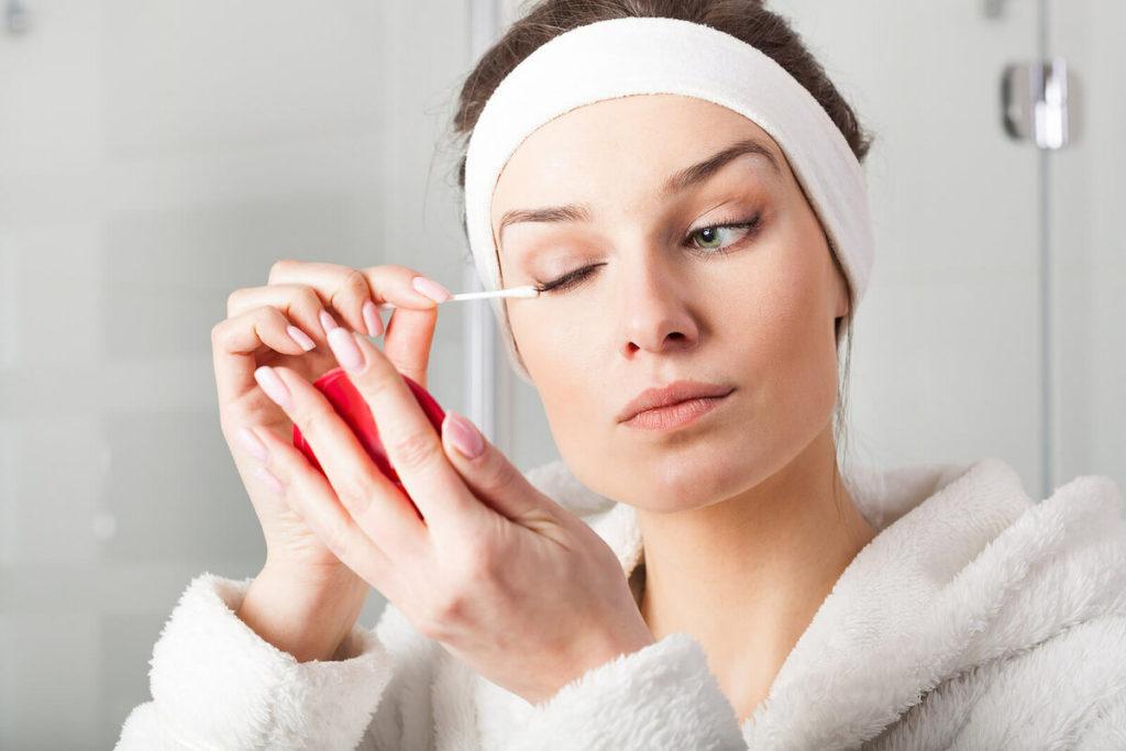 В первую очередь надо научиться правильно смывать макияж с глаз. Вы не должны тереть глаза, тянуть ресницы, дёргать их. Необходимо нежно и аккуратно, приложив ватный диск с выбранным средством к глазу, убрать макияж. Так вы избежите механического повреждения ресничек.