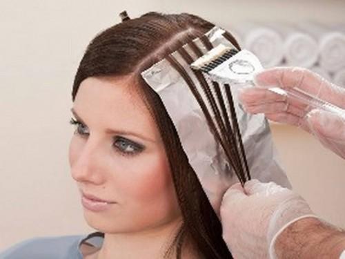 Фольга надежно защищает не окрашиваемые волосы от попадания на них краски