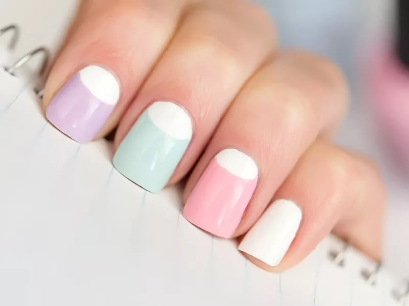 Фото актуального дизайна ногтей с выделенной лунулой