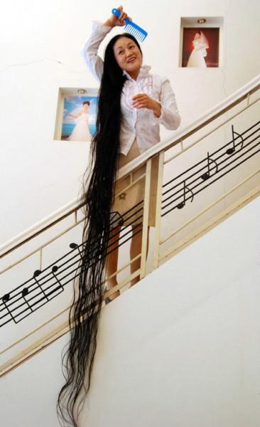 Фото демонстрирует всю красу длинных кудрей