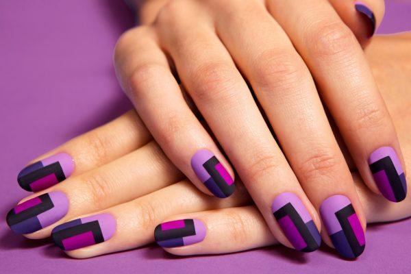 Фото — пример графичного дизайна на ногтях средней длины