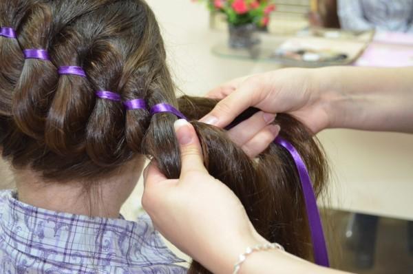 Фото процесса плетения косы с украшением из ленты