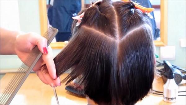 Фото процесса создания каскадной причёски мастером в салоне красоты на короткую длину волос