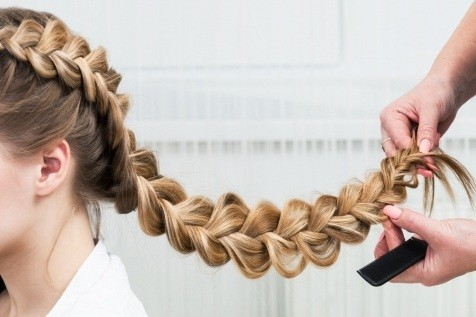 Фото процесса создания прически во французском стиле на длинных волосах