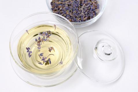Фото растительного масла, в которое добавлен лавандовый эфир, как вспомогательное средство.