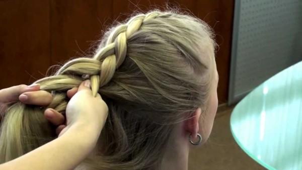 Фото: в процессе плетения косы − дракончик.